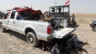 Les forces de sécurité irakiennes accompagnées de miliciens chiites se déploient dans la province d'Al-Anbar, mardi 26 mai 2015.