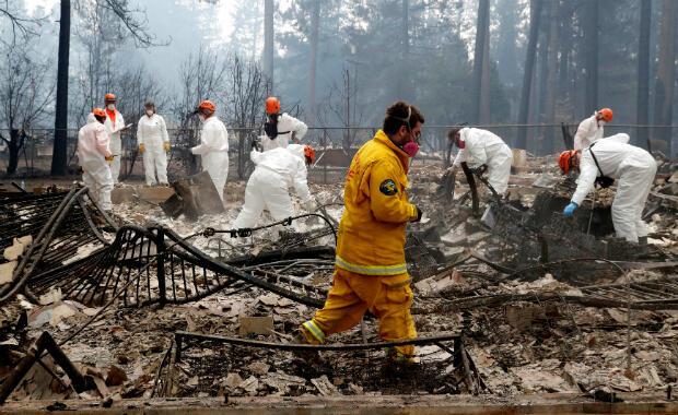 Un equipo de búsqueda y rescate voluntario del condado de Calaveras en una casa destruida por el Camp Fire en Paradise, California, EE. UU., el 13 de noviembre de 2018.