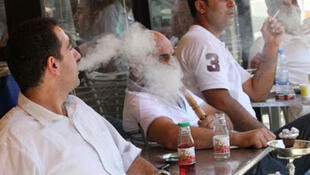 صورة تبين مدخنين في لبنان