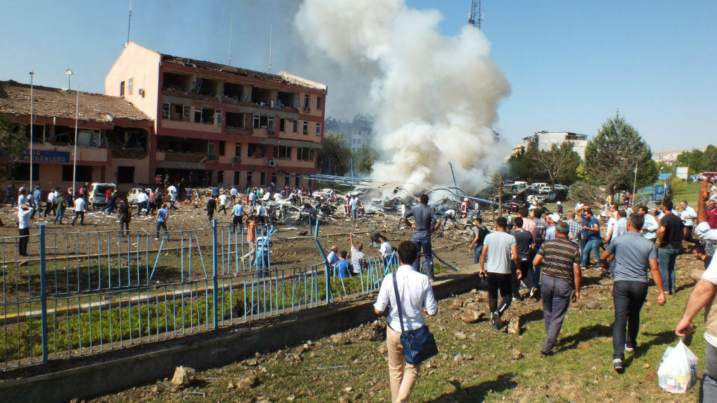 La foule sur les lieux de l'attentat à la voiture piégée contre le siège de la police à Elazig, dans l'est de la Turquie, jeudi 18 août 2016.