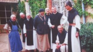 Une photo des sept moines exposée dans la boutique du monastère.