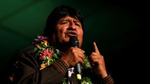 El presidente boliviano, Evo Morales, habla a los miembros de la comunidad boliviana en Buenos Aires, Argentina, 17 de julio de 2019.