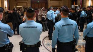 Arrivée au Palais de justice de Paris, le 20 septembre 2017, des prévenus accusés d'avoir brûlé une voiture de police en 2016.