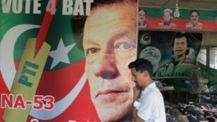 """بطل الكريكيت السابق وزعيم """"حركة الإنصاف"""" عمران خان."""