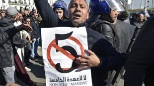 رجال شرطة جزائريون يحيطون بمتظاهرين يحتجون على ترشح عبد العزيز بوتفليقة لولاية رئاسية خامسة 22 فبراير/شباط 2019