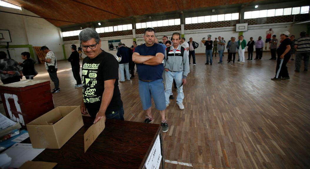 Ciudadanos en un centro de votación, en Montevideo, Uruguay, el 27 de octubre de 2019.