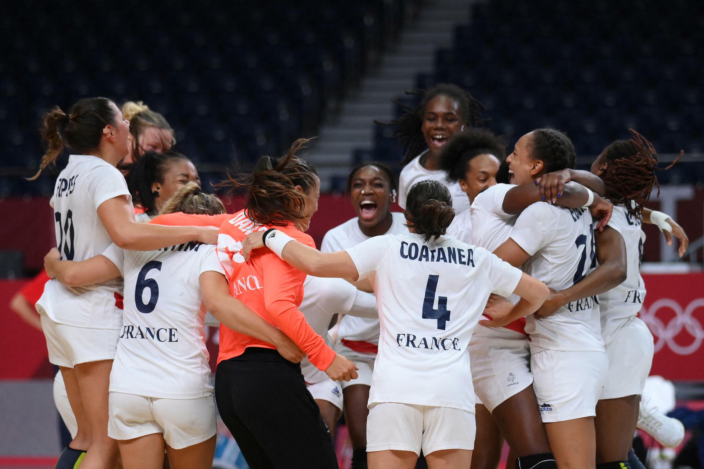 Les handballeuses françaises célèbrent leur médaille d'or, le 8 août 2021 à Tokyo.