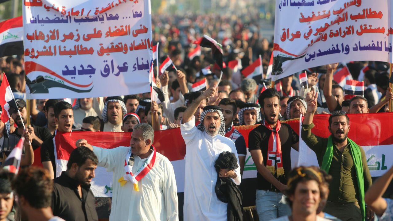 Manifestantes corean consignas durante una manifestación antigubernamental en Basora, la segunda ciudad más grande de Irak, el 1 de noviembre de 2019.