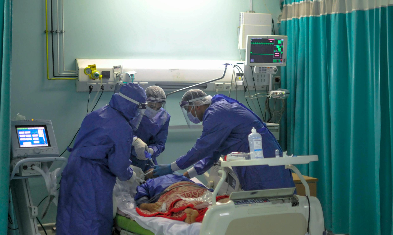 أطباء مصريون يعالجون مصابا بفيروس كورونا في مستشفى في القاهرة