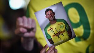 Des supporters du club de football du FC Nantes rendent hommage à l'attaquant argentin Emiliano Sala après l'annonce de la disparition de son avion, le 22 janvier 2019.