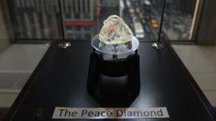 """Le """"Diamant de la paix"""" exposé à New York, le 4 décembre 2017."""