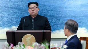 Rencontre historique entre le président sud-coréen Moon Jae-in et le dirigeant nord-coréen Kim Jong Un le 27 avril 2018.