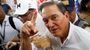 """Laurentino """"Nito"""" Cortizo, del Partido Revolucionario Democrático, tras emitir su voto durante las elecciones generales en Ciudad de Panamá el  5 de mayo de 2019."""