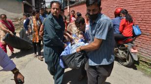 Après le séisme de magnitude 7,3 sur  l'échelle de Richter, les patients d'un hôpital de Katmandou sont évacués, le 12 mai 2015.