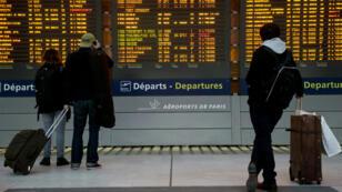 Des passagers à l'aéroport de Roissy le 26 janvier 2016.