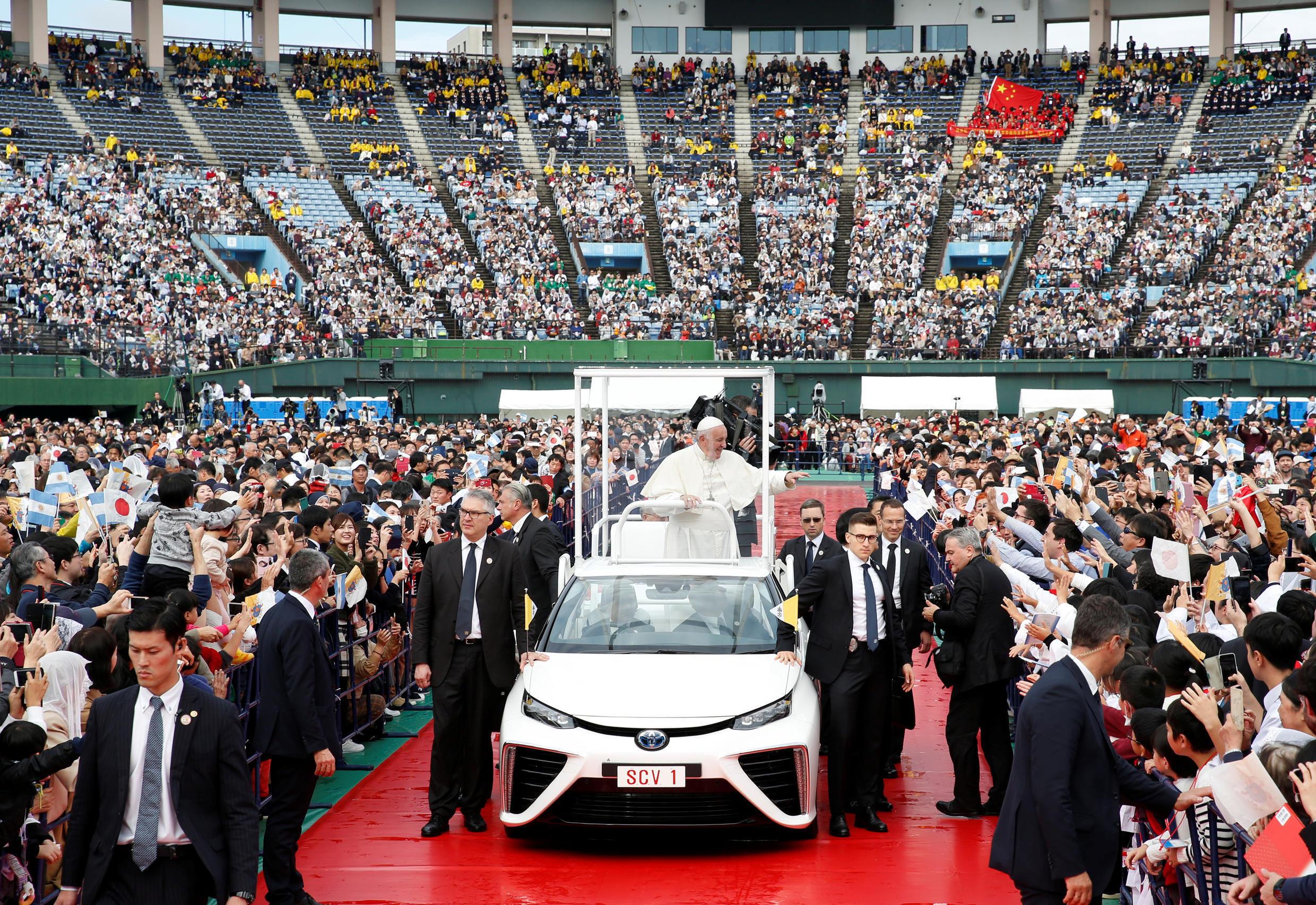 El Papa Francisco saluda a los asistentes de una misa realizada en el estadio de béisbol de Nagasaki, Japón, el 24 de noviembre de 2019.