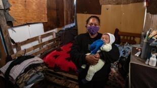 Priscila Tomas da Silva con su hijo Igor en su vivienda en la favela Julieta Jardim, en las afueras de Sao Paulo
