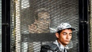 """المصور """"شوكان"""" خلال جلسة من محاكمته في القاهرة في 28 تموز/يوليو."""