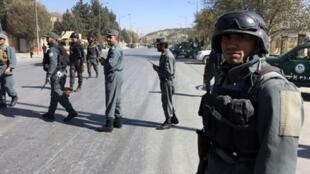 عناصر من قوات الأمن الأفغانية في مكان هجوم مسلح جار على محطة تلفزيونية في كابول في 7 تشرين الثاني/نوفمبر 2017