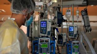 ممرض يراقب وضع مريض في مستشفى في مدريد في 15 تشرين الأول/أكتوبر 2020