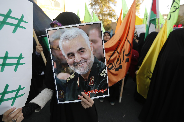 Un portrait du général Soleimani brandi par des manifestants à Téhéran, le 11 décembre 2017.