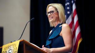 La senadora electa Kyrsten Sinema se dirige a sus seguidores en la noche del lunes 12 de noviembre de 2018 en Scottsdale, Arizona.