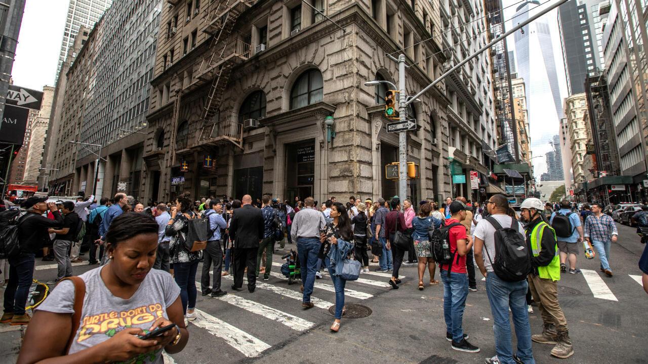 Personas a las afueras de la estación de Fulton Street después de que las autoridades evacuaran la estación mientras la policía investigaba dos paquetes sospechosos en Manhattan, Nueva York, Estados Unidos, el 16 de agosto de 2019.