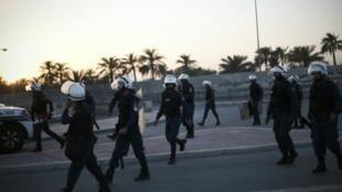 عناصر من الشرطة البحرينية خلال مواجهات مع متظاهرين في قرية شهركان