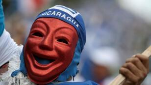 Un disidente nicaragüense que lleva una máscara marcha en una protesta contra el gobierno del presidente nicaragüense, Daniel Ortega, en San José, Costa Rica, el 20 de enero de 2019.