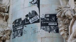 Des affiches à la mémoire des victimes de Charlie Hebdo sur la statue de la place de la République, janvier 2016.