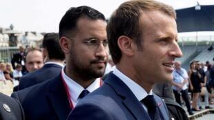 El presidente francés, Emmanuel Macron, camina por delante de su asistente Alexandre Benalla al final del desfile militar del Día de la Bastilla en París, Francia, el 14 de julio de 2018.