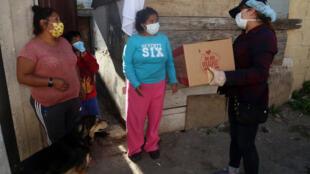 Une distribution alimentaire dans un quartier du nord de Quito, en Équateur, le 29 avril 2020.