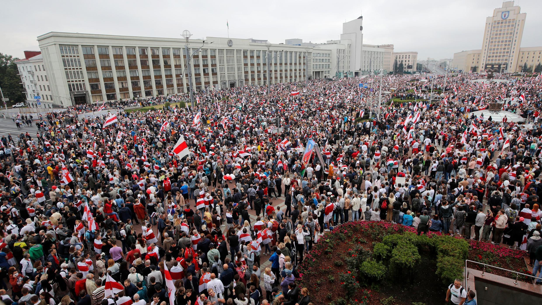 Miles de personas se reúnen para una protesta en la plaza de la Independencia en Minsk, Bielorrusia, el domingo 23 de agosto de 2020.