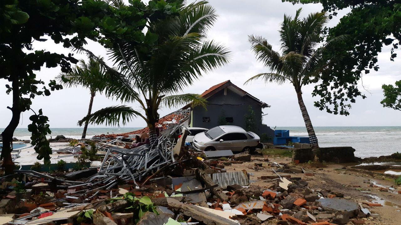 La plage de Carita, dans la province de Banten, à l'extrémité ouest de l'île de Java, est couverte de débris.