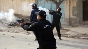 Tirs de policiers contre les manifestants après l'enterrement du journaliste Abdel Razzaq Zorgui, à Kasserine, en Tunisie, le 25 décembre 2018.