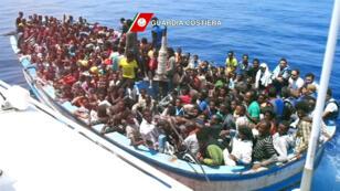 Opération de sauvetage de migrants par la marine italienne en juillet 2015 (archives)