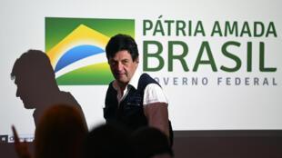 El presidente de Brasil, Jair Bolsonaro, destituyó este jueves a su ministro de Salud, Luiz Henrique Mandetta, tras semanas de enfrentamiento entre ambos por la política de combate al coronavirus.