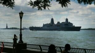 """السفينة الحربية """"يو إس إس إرلينغتون"""" تبحر قرب تمثال الحرية في ولاية نيويورك في 23 أيار/مايو 2018"""
