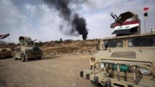 قوات عراقية ومن الحشد الشعبي خلال تقدمها في مدينة القائم في محافظة الأنبار (غرب العراق) في 3 تشرين الثاني/نوفمبر 2017