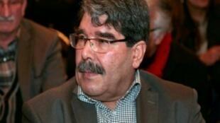 القيادي السوري الكردي صالح مسلم في مؤتمر صحافي في باريس 9 شباط/فبراير 2015.
