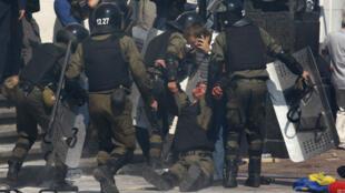 Des policiers blessés devant le Parlement ukrainien, lors d'une manifestation le 12 août  2014.