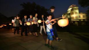 Des Japonais commémorant le 70e anniversaire du bombardment d'Hiroshima.