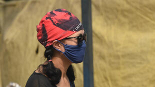 Une femme porte un masque se pour protéger contre la pollution de l'air à New Delhi, le 29 octobre 2018.