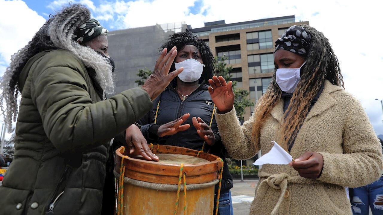 Un grupo de mujeres afro toca tambor durante una manifestación contra las masacres frente a la Fiscalía General de la Nación, en Bogotá, Colombia, el 28 de agosto de 2020.