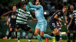 Le gardien de but portugais de Belenenses André Moreira, lors d'un match contre l'équipe SL Sporting CP au stade Alvalade à Lisbonne, le 10 novembre 2019