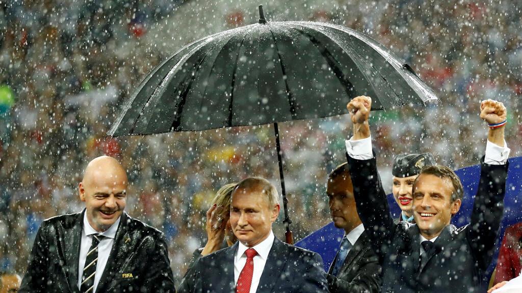 El presidente de la FIFA, Gianni Infantino, el presidente de Rusia, Vladímir Putin y el presidente de Francia, Emmanuel Macron, en la inauguración de la Copa del Mundo en el Estadio Luzhniki en Moscú, Rusia, el 15 de julio de 2018.