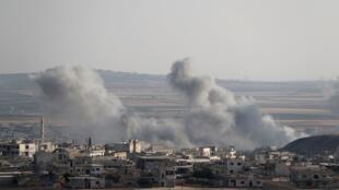 الدخان يتصاعد من مكان تعرض لقصف طيران النظام وروسيا بمحافظة إدلب السورية 5 أغسطس/آب 2019