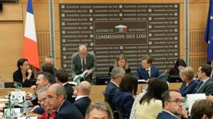 Le corapporteur LR de la commission des lois, Guillaume Larrivé, a suspendu sa participation jeudi 26 juillet en dénonçant une parodie..