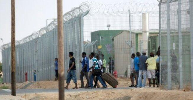 """مهاجرون أفارقة يغادرون مركز """"هولوت"""" في 25 آب/أغسطس 2015."""