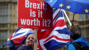 Manifestantes contra el Brexit sostienen banderas y pancartas frente a las Casas del Parlamento en Londres, Gran Bretaña, 17 de octubre de 2018.